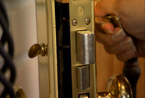 at 718-514-2320 Locksmith service Brooklyn offers 24 hour emergency lock change ,home lockout and car lockout, automotive lost car key replacement
